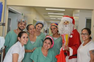 Grupo Vozes do Caldeirão e Papai Noel no Hospital Unimed SR